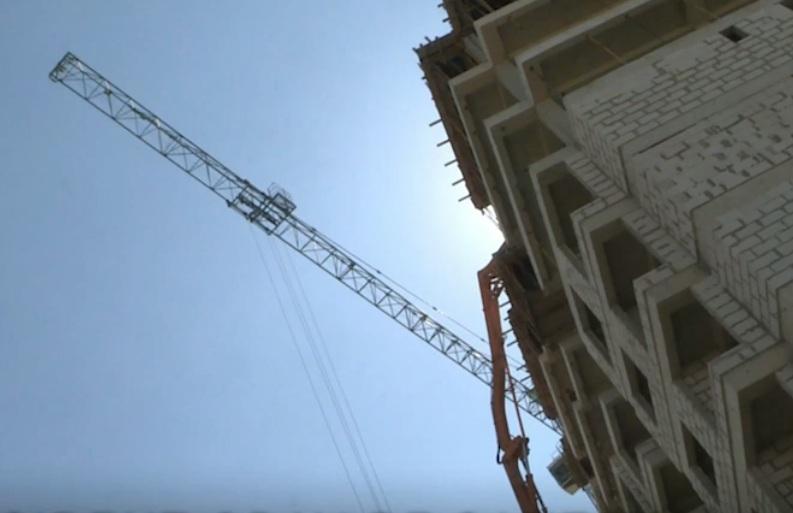 На Буюканах строитель упал с 10 этажа строящегося здания, но остался жив (ВИДЕО)