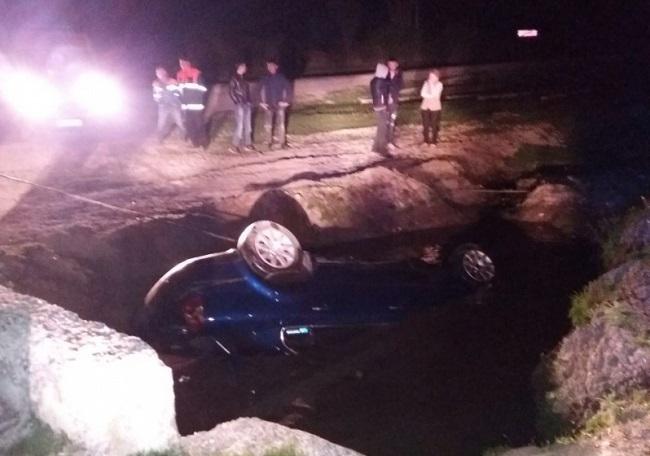 В Теленештах машина с пассажирами угодила в канаву с водой: один человек погиб (ФОТО)