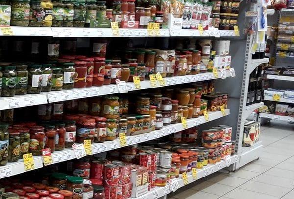 В столичном супермаркете покупательниц травмировали упавшие консервные банки (ВИДЕО)