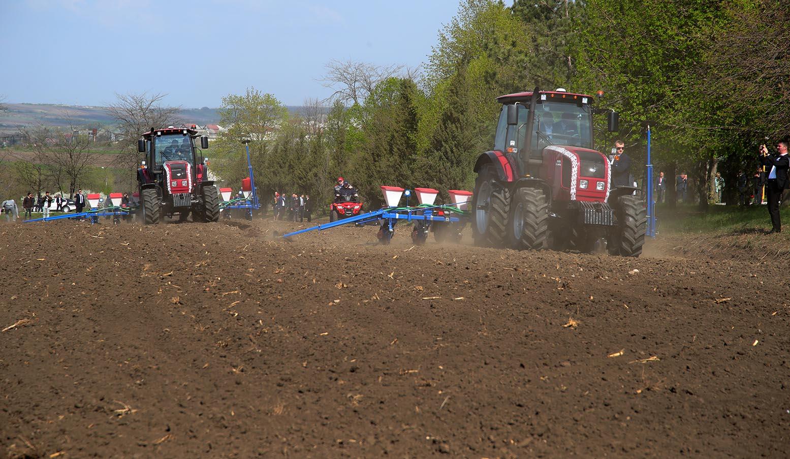 Президент лично вручит подаренные Беларусью трактора и спецмашины жителям молдавских сел и городов (ВИДЕО)
