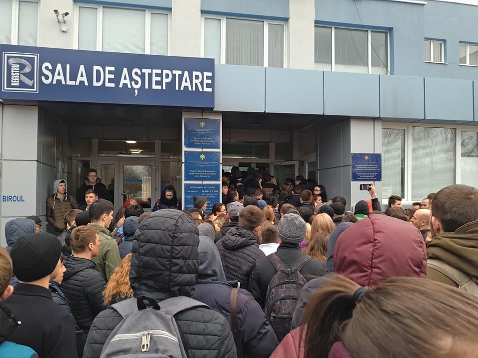 """Как перед апокалипсисом: десятки молодых людей столпились у Registru, чтобы """"срочно"""" сдать экзамен по вождению (ВИДЕО)"""