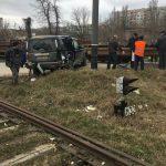 Серьезная авария в столице: товарный поезд сбил джип