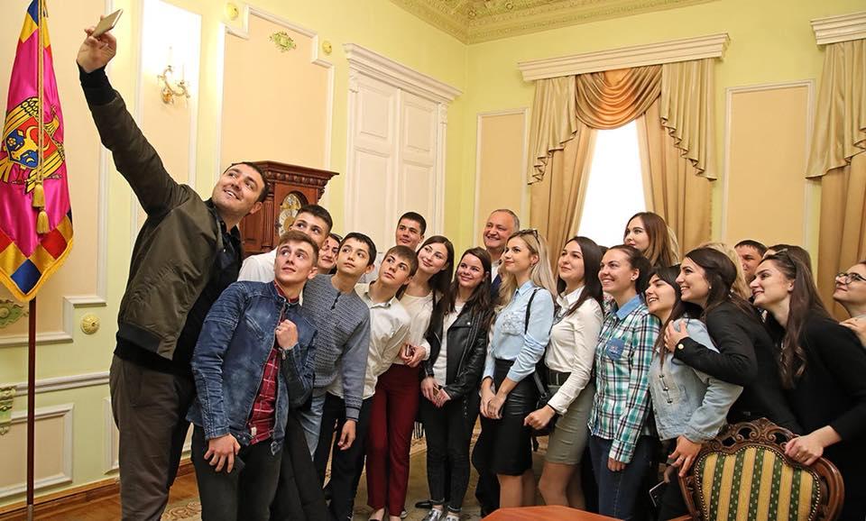 Около 100 учащихся из Гагаузии пообщались с президентом в рамках Дня открытых дверей (ФОТО)