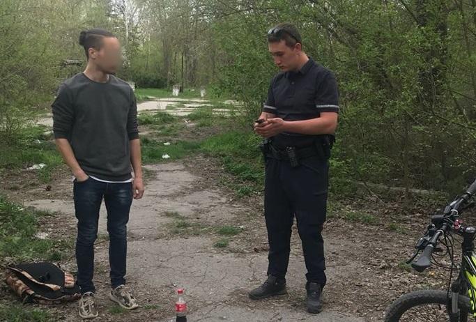 Патрульные на велосипедах поймали в столичном парке юного наркомана (ФОТО)