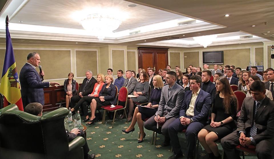 Президент встретился с молдавскими студентами в Санкт-Петербурге