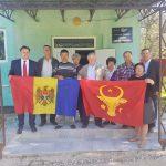 Жители сел Молдовы с радостью принимают в дар от президента исторический флаг страны