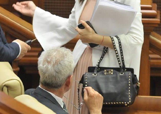 """""""Модный приговор"""" от Алины Зоти: депутат пришла в парламент с дизайнерской сумкой от Valentino за 700 евро (ФОТО)"""
