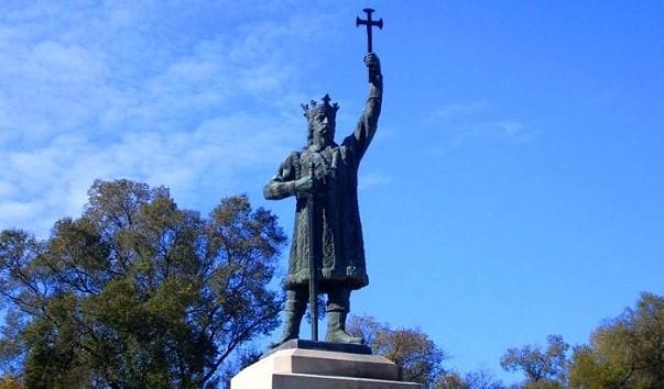 Случается и такое: в Кишиневе мужчина попытался украсть погребальный венок с памятника Штефану чел Маре (ВИДЕО)