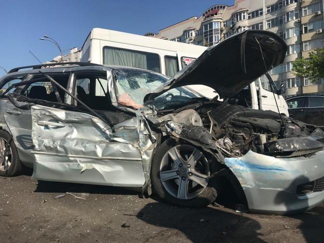 Ужасное ДТП в столице: столкнулись маршрутка, троллейбус и три автомобиля (ВИДЕО, ФОТО)