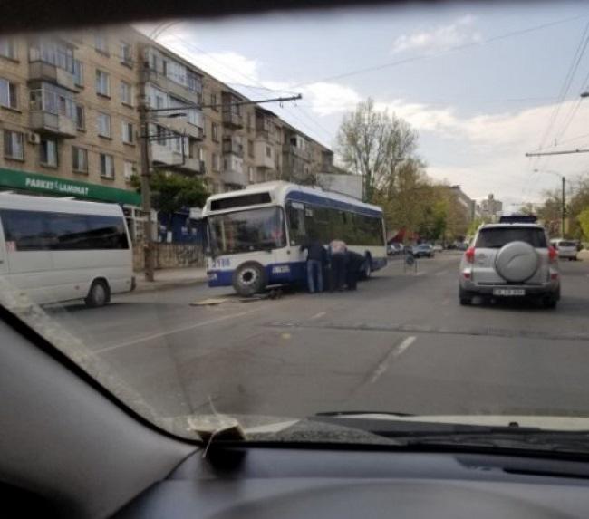 В Кишинёве троллейбус угодил в яму и остался без колеса