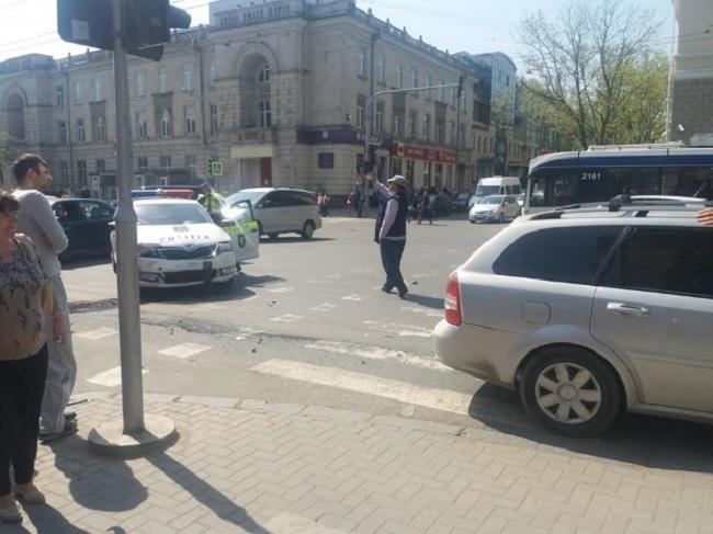 В центре столицы произошла авария с участием полицейской машины (ВИДЕО, ФОТО)