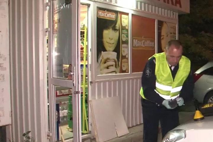 На Чеканах неизвестный ночью обокрал продуктовый магазин (ВИДЕО)