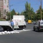 """Невнимательный водитель-""""растеряша"""" рассыпал цемент на столичной дороге (ВИДЕО)"""