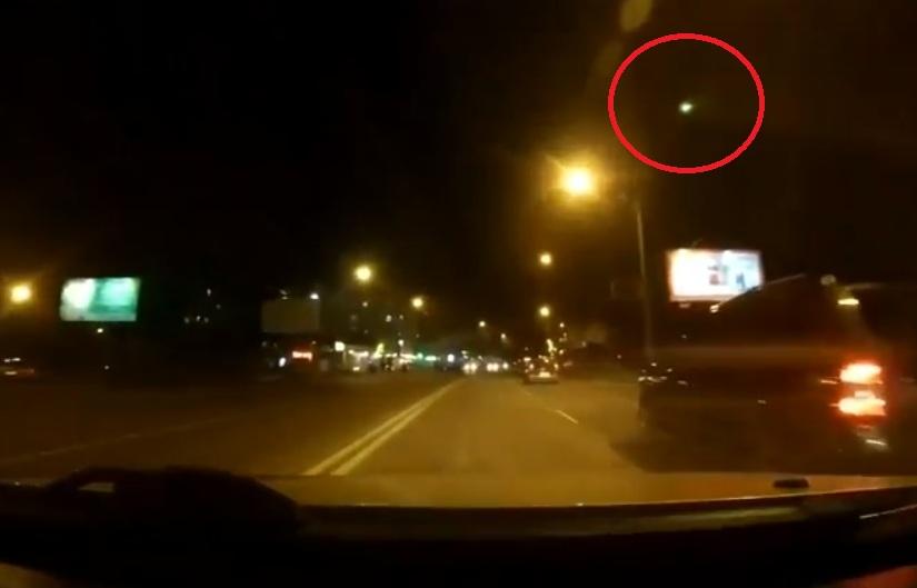 Странный светящийся летящий объект запечатлели над Кишиневом (ВИДЕО)