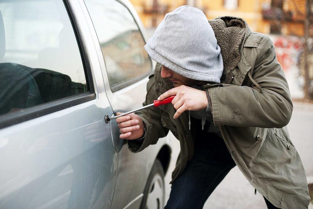 Злоумышленник подшофе угнал автомобиль, припаркованный у частного дома в Тирасполе