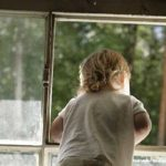В Чимишлии пятилетний ребенок выпал из окна пока его родители работали в огороде