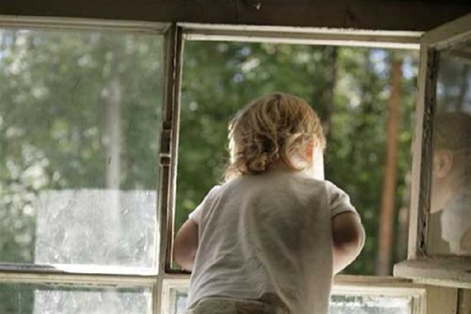 Детали о ребёнке, упавшем с 3 этажа дома на Чеканах: мальчик залез на подоконник и облокотился на москитную сетку