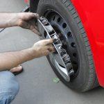 В Дубоссарах воры сняли колеса с припаркованного во дворе автомобиля и продали водителю такси
