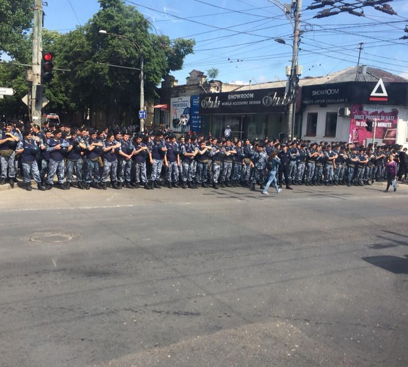 С сильнейшей охраной полиции, под свистки и ругательства: как прошел марш ЛГБТ в Кишиневе (ФОТО, ВИДЕО)