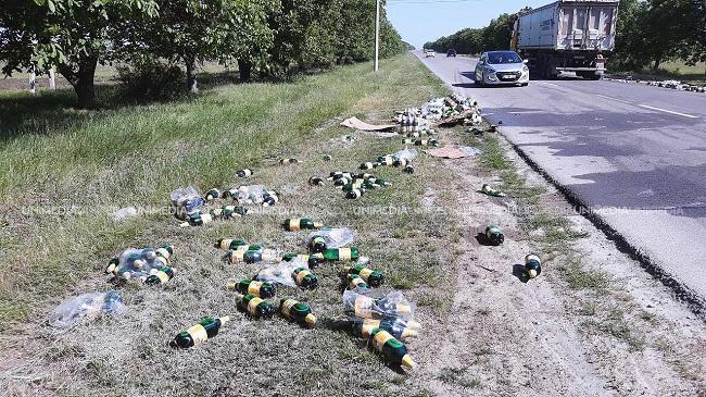 """Авария """"со вкусом пива"""" в Комрате: сотни бутылок были разбросаны вдоль трассы (ФОТО, ВИДЕО)"""