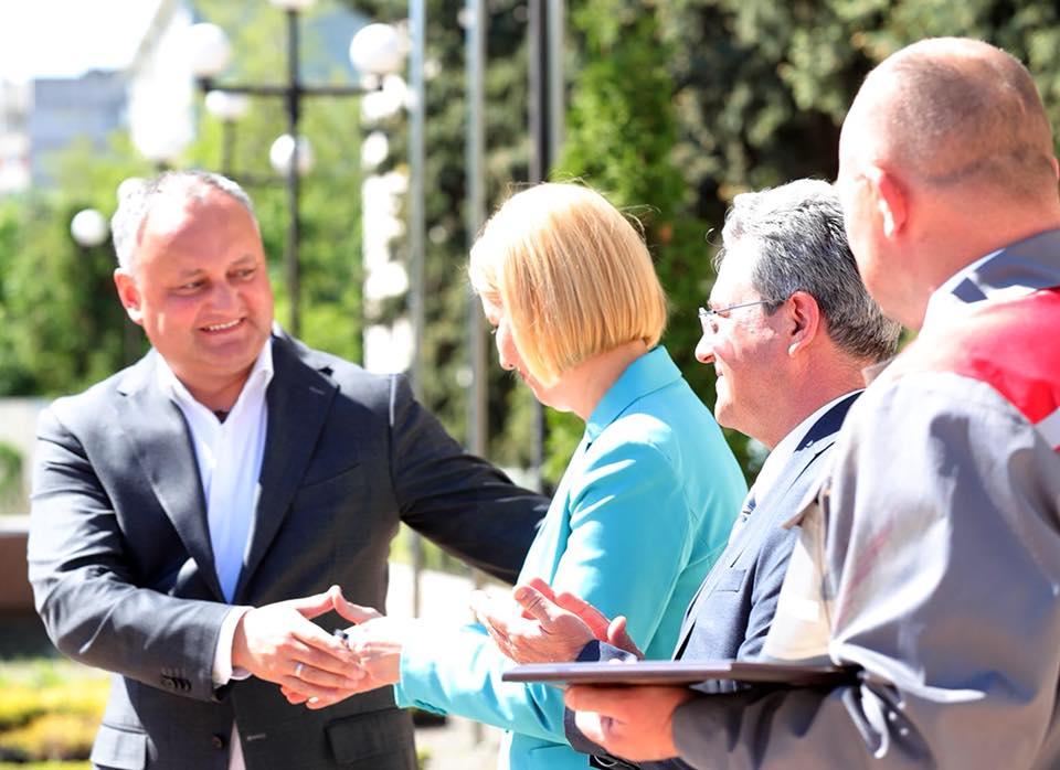 Додон передал Влах ключи от одного из подаренных Лукашенко тракторов (ФОТО)