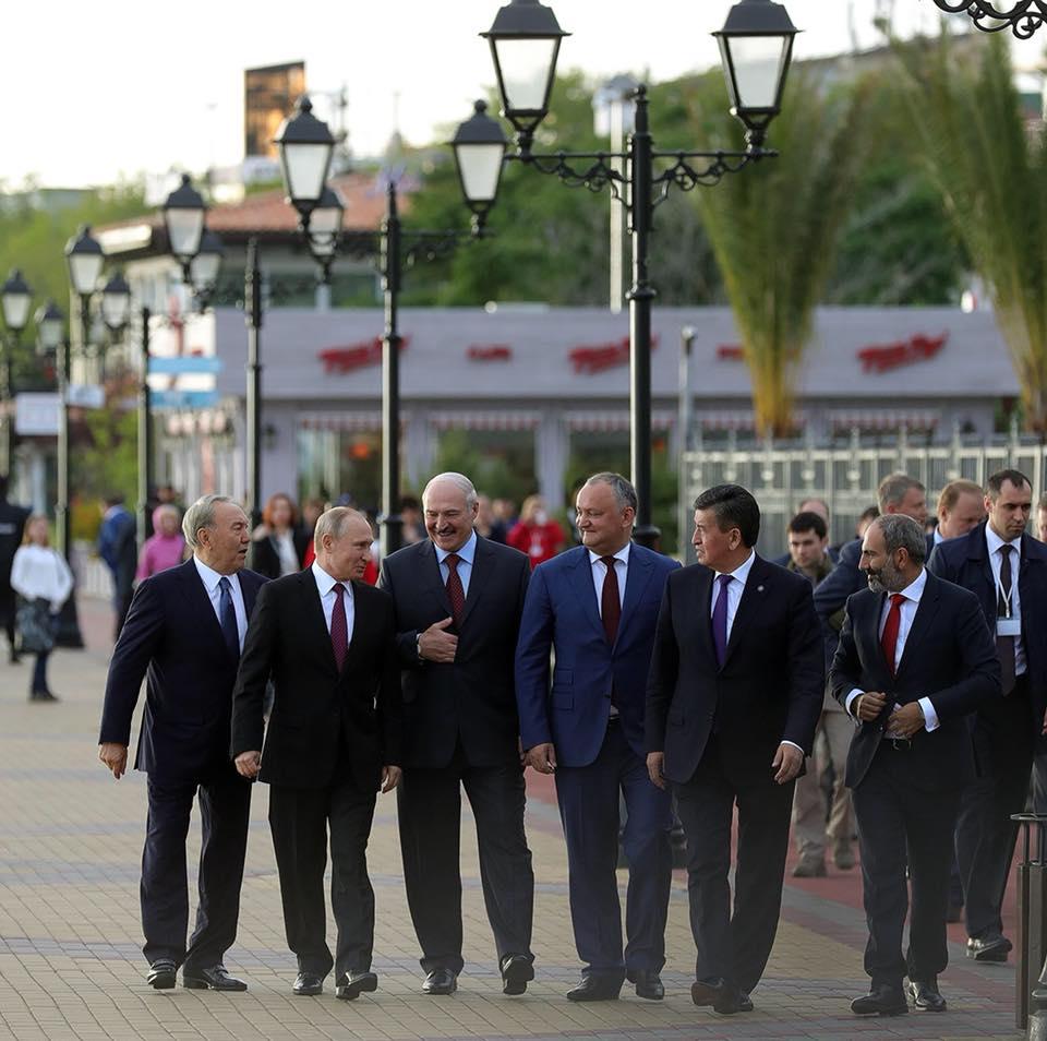 Исторические снимки: Додон в окружении лидеров стран ЕАЭС после предоставления Молдове статуса наблюдателя (ФОТО)
