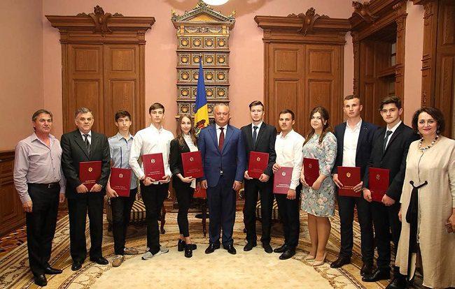 Молдавские студенты и ученики, получившие выдающиеся результаты на международных  состязаниях, были награждены президентом