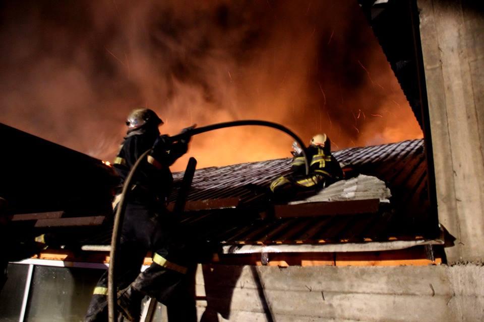 Серьезный пожар на складе в Стрэшенах показали на видео