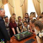 Учащиеся из родного села президента посетили его рабочее место (ФОТО)