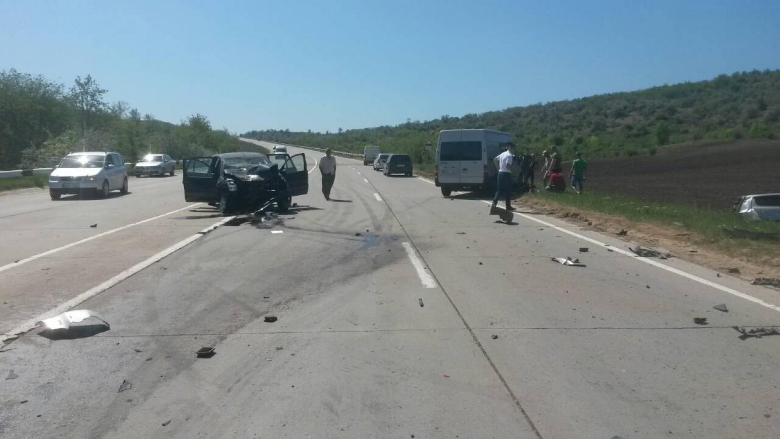 Серьезная авария на трассе: машину выкинуло на обочину, как минимум двое пострадали (ФОТО)
