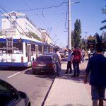 В центре Кишинёва произошла авария: легковушка столкнулась с троллейбусом (ФОТО)