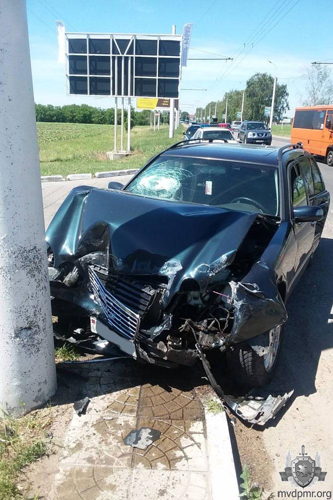 ДТП в Приднестровье: капот машины оказался всмятку (ФОТО)