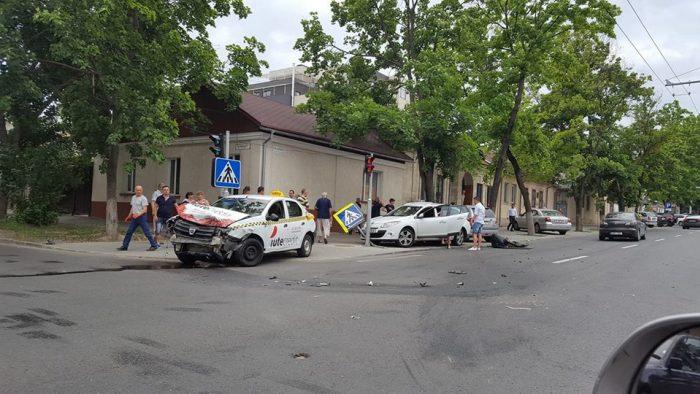 Таксист и его пассажир пострадали в серьезном ДТП в центре Кишинева