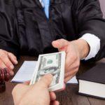 Адвоката из Бельц арестовали при получении взятки в 600 долларов