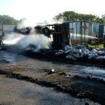 Неподалеку от Бельц загорелся грузовик, перевозивший уголь (ФОТО)