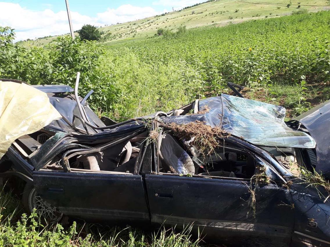 В Русештий Ной машина влетела в дерево: пострадали водитель и ребёнок (ФОТО)