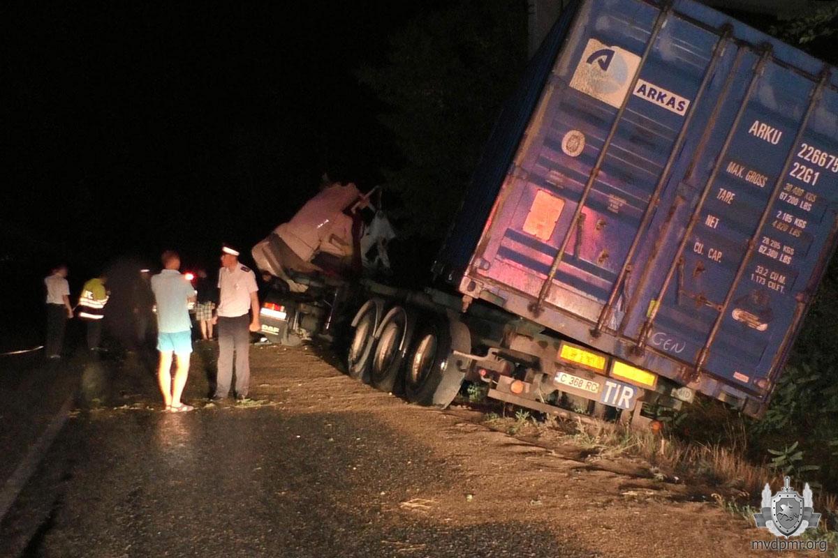 В Слободзейском районе грузовик врезался в мост: водитель чудом выжил (ФОТО)