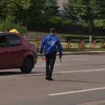 """Это Молдова, детка"": в Кишиневе посреди дороги разгуливал мужчина с пистолетом (ФОТО)"