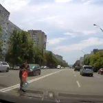 Мать с ребёнком чуть не попали под машину в Кишиневе при переходе дороги в неположенном месте (ВИДЕО)