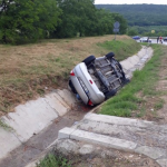 В Оргееве автомобиль с детьми угодил в водосточный канал и перевернулся на крышу (ФОТО)