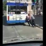 Толкающая троллейбус в Кишиневе женщина попала на видео