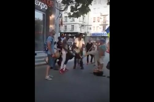 Сторонник Нэстасе и Санду пнул ногой уличных музыкантов напротив примэрии (ВИДЕО)