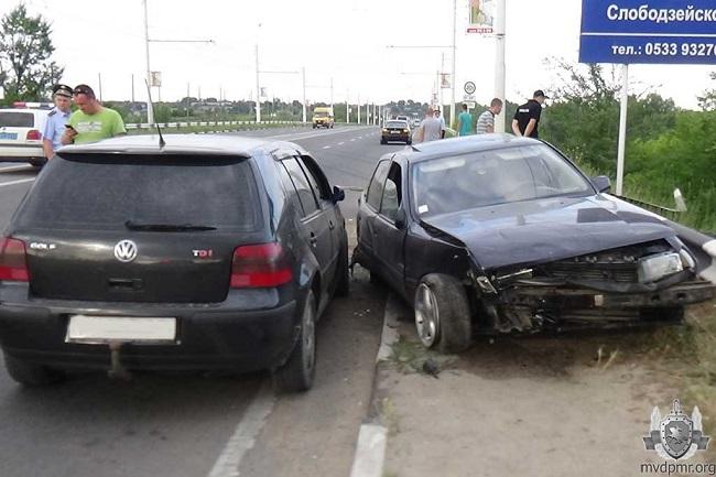Не справившийся с управлением приднестровец протаранил ограду и другое авто (ФОТО)