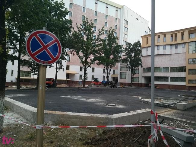 Как выглядит парковка у парламента, ради которой был частично снесён фундамент (ФОТО)