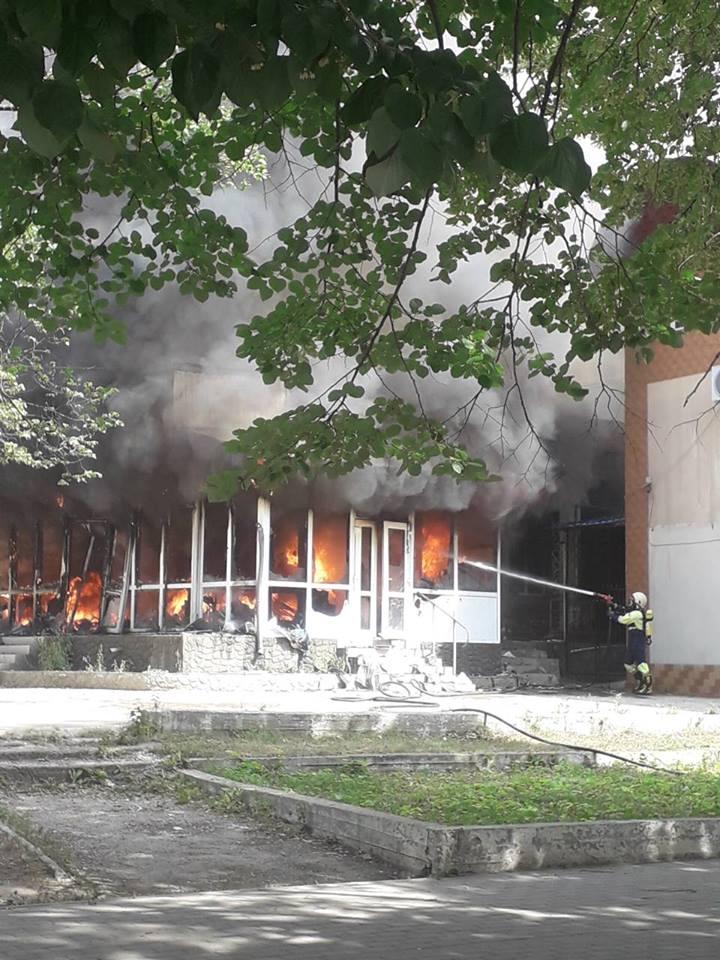 В Дрокии из-за короткого замыкания полностью сгорел магазин (ВИДЕО, ФОТО)
