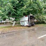 Трое молодых парней едва не погибли, перевернувшись в фургоне (ФОТО)
