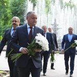 Додон возложил цветы к памятнику Эминеску по случаю 129 годовщины со дня смерти поэта (ФОТО)