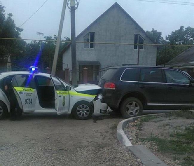 Авария в Бельцах: машина полицейских врезалась в резко затормозивший джип