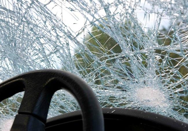 Пьяный тираспольчанин запустил бутылку алкоголя в приятельницу, но повредил две машины