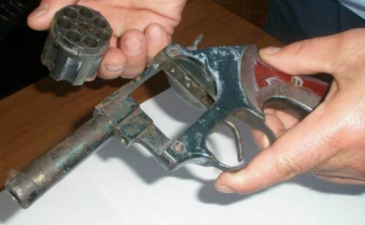 В Приднестровье пьяный мужчина угрожал матери и ее сожителю самодельным пистолетом